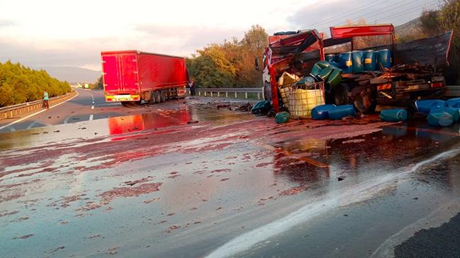 Kimyasal madde yüklü kamyonun kaza yaptı